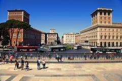 Rome Italien - APRI 11, 2016: Piazza Venezia, gatasikt med w Arkivbild