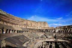 ROME; ITALIEN - APRIL 08: Fördärvar av Colloseumen och turisterna i R Arkivbilder