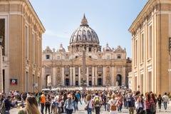 ROME ITALIEN - APRIL 27, 2019: Folk som promenerar det berömt via dellaen Conciliazione med Stets Peter basilika arkivbilder