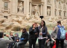 ROME ITALIEN - APRIL 9, 2016: Folkmassa av den turistatt besöka och posien Royaltyfri Bild