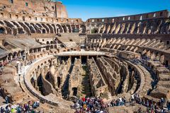 ROME ITALIEN - APRIL 24, 2017 Inre sikt av Colosseumen med turistsight Arkivfoto