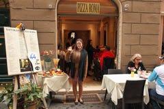 Rome Italien - April 9, 2017: Le anställd av restauraen Arkivbild