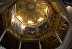 ROME ITALIEN - APRIL, 19: Målad kupol med biblisk berättelse i Arkivbilder