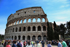 ROME ITALIEN - APRIL 08: Många turister som in besöker Colosseumen Royaltyfri Fotografi