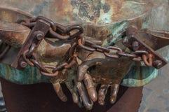 Rome Italien - April 23, 2009 - metallskulptur av människadiagram med kedjade fast händer Royaltyfri Bild