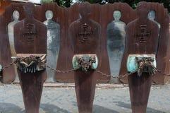 Rome Italien - April 23, 2009 - metallskulptur av människadiagram med kedjade fast händer Fotografering för Bildbyråer