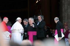 Ankomsten av Pope Francis på St John för bosättningen Royaltyfri Foto