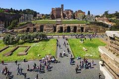 ROME ITALIEN - APRIL 02, 2011: Romerskt forum fördärvar panorama UNESCO Arkivbilder