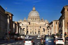 ROME ITALIEN - APRIL 02: Stads- plats och många turister som besöker B Arkivfoton