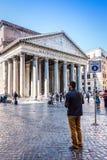 ROME ITALIEN, 24 APRIL 2017, turister observera panteontemplet Royaltyfri Fotografi