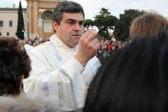 Nattvardsgång under bosättningen av Pope Francis, St John, Rome Fotografering för Bildbyråer