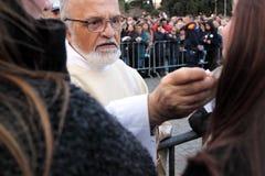 Nattvardsgång under bosättningen av Pope Francis, St John, Rome Royaltyfri Fotografi