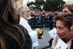 Nattvardsgång under bosättningen av Pope Francis, St John, Rome Arkivfoton