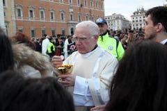 Nattvardsgång under bosättningen av Pope Francis, St John, Rome Royaltyfria Bilder