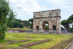 Rome Italien - 22 06 2018: Bågen av Constantine är ett triumf- arkivfoto