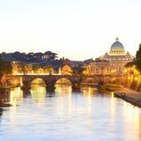 Rome, Italien, Basilika di San Pietro och Sant Angelo bro på solnedgången royaltyfria bilder