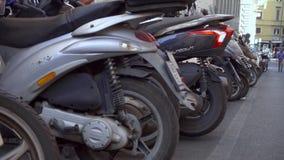 ROME ITALIEN - CIRCA Maj 2018: Motorcykelparkering i Rome Mopeder som står på gatan i Europa lager videofilmer