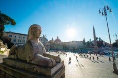 ROME ITALIEN - DECEMBER 2014: Sikt från fyrkant för Pizza del Poppolo Folk ` s med en EgyptianSphinx och turister på bakgrunden Arkivfoton