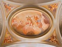 ROME ITALIEN, 2016: Den symboliska freskomålningen av änglar med korset på taket av sindeskeppet i kyrkliga basilikadi Santi Giov Royaltyfri Foto