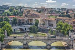 399/5000 Rome Italien, Europa Sikt från Sant-Angelo Castel, över den Tiber floden, bron med trafik och annat historiskt byggande Arkivfoton