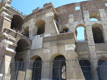 19 06 2017 Rome, Italien: folkmassor av turister beundrar det stora ROM-minnet Royaltyfri Fotografi