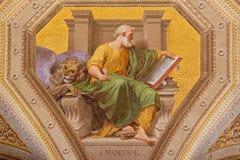ROME ITALIEN: Freskomålning av St Mark evangelisten i kyrkliga Chiesa di Santa Maria i Aquiro av Cesare Mariani i neo-mannerist s Arkivbild