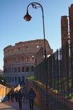 ROME ITALIEN - JANUARI 6, 2017: En fot- väg till denberömda Colosseumen kall morgonvinter Arkivbild
