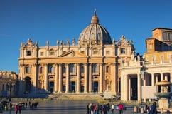 ROME ITALIEN - JANUARI 7, 2017: Fyrkant för St Peter ` s och den härliga domkyrkan för St Peter ` s i ottan Arkivbild