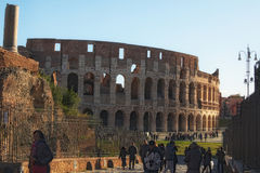 ROME ITALIEN - JANUARI 6, 2017: Iconic forntida Colosseum Colosseum är antagligen mest mäktig byggnad av Roman Empire Royaltyfri Fotografi