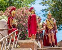 Rome Italien - Juli 2, 2017: Romerska gatalegionärer väntar på turister, Rome, Italien arkivbilder