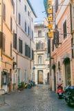 Rome Italien - juli 12, 2015: Smal gata i mitten på en solig dag Arkivfoton