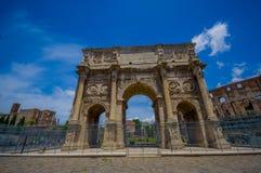 ROME ITALIEN - JUNI 13, 2015: Den Constantine bågen på Rome, denna monument lokaliseras mellan coliseumen och palatinen Fotografering för Bildbyråer