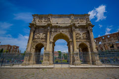 ROME ITALIEN - JUNI 13, 2015: Den Constantine bågen på Rome, denna monument lokaliseras mellan coliseumen och palatinen Arkivfoton