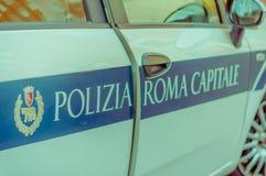 ROME ITALIEN - JUNI 13, 2015: Den italienska polisbilen med polisskyddsremsan och sidan undertecknar Arkivfoton