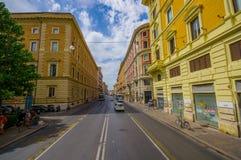 ROME ITALIEN - JUNI 13, 2015: Den klassiska gatan i Rome, forntida stad med traditionella byggnader och parkerar Royaltyfri Bild