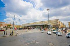 ROME ITALIEN - JUNI 13, 2015: Den moderna bussstationen på Rome, folket som omkring går och, bär deras lugagge, Royaltyfria Bilder
