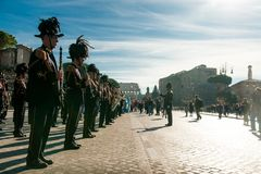 Rome Italien - 2 juni 2018: den officiella italienska armémässingsmusikbandmusikern som spelar i centrum under militär, ståtar me arkivbild