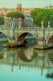ROME ITALIEN - JUNI 13, 2015: Den Sant Angelo bron på den Tiber floden endast för gångare i Rome, kan du finna tio änglar Arkivbild