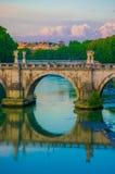 ROME ITALIEN - JUNI 13, 2015: Den Sant Angelo bron på den Tiber floden endast för gångare i Rome, kan du finna tio änglar Royaltyfria Bilder