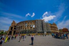 ROME ITALIEN - JUNI 13, 2015: Den trevliga sikten av Roman Coliseum utifrån, folk som omkring går, och rekonstruktion arbetar Arkivbild