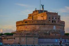 ROME ITALIEN - JUNI 13, 2015: HelgonAngelo slott i mitten av Rome, en ängel i överkanten och den italienska flaggan på sidan Arkivbild