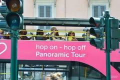Rome ITALIEN - JUNI 01: Hoppa på flygtur av panorama- turnerar bussen i Rome, Italien på Juni 01, 2016 Royaltyfri Fotografi