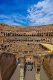 ROME ITALIEN - JUNI 13, 2015: Inom Roman Coliseum utmärkt sikt som honungskakan med trevlig himmel Royaltyfri Bild