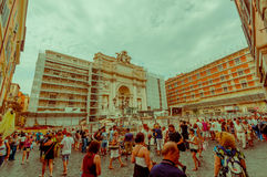 ROME ITALIEN - JUNI 13, 2015: La Fontana di Trevi är den största fountainen med frontal format för fyrtio metters Royaltyfri Fotografi