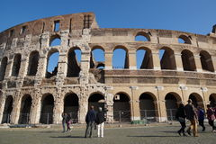 ROME ITALIEN - JUNI 19: Många turister som besöker Colosseumen eller coliseumen, också som är bekanta som Flavian Amphitheatre in Arkivfoton