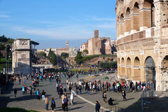 ROME ITALIEN - JUNI 19: Många turister som besöker Colosseumen eller coliseumen, också som är bekanta som Flavian Amphitheatre in Royaltyfri Bild