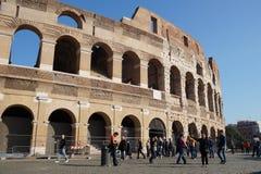 ROME ITALIEN - JUNI 19: Många turister som besöker Colosseumen eller coliseumen, också som är bekanta som Flavian Amphitheatre in Royaltyfri Fotografi