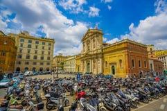 ROME ITALIEN - JUNI 13, 2015: Nice kyrka i mitten av den Rome staden, utvändig motorcykelp Royaltyfri Bild