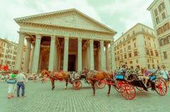 ROME ITALIEN - JUNI 13, 2015: Panteon av Agrippa i mitten av Rome, hästar som drar den röda vagnen utanför i Royaltyfria Bilder