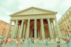 ROME ITALIEN - JUNI 13, 2015: Panteon av den Agrippa sikten utifrån, folk besöker fyrkanten omkring, kolonner utanför Arkivbilder